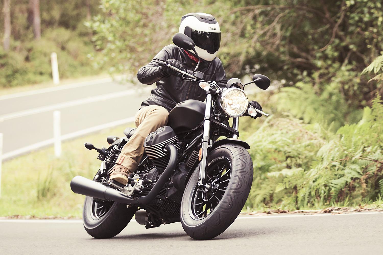 review moto guzzi v9 roamer and bobber. Black Bedroom Furniture Sets. Home Design Ideas