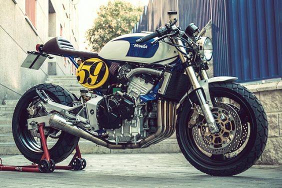 CAFÉ EN LA PLAYA. XTR's Beach-Ready Honda Hornet Racer