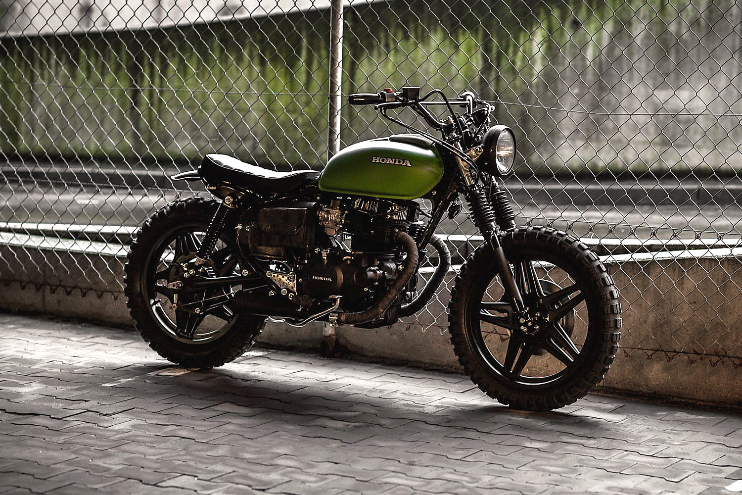 Nowoczesna architektura TINKER TAILOR SOLDIER FLY. A 'Great Escape' Honda CM400 Tracker MP71