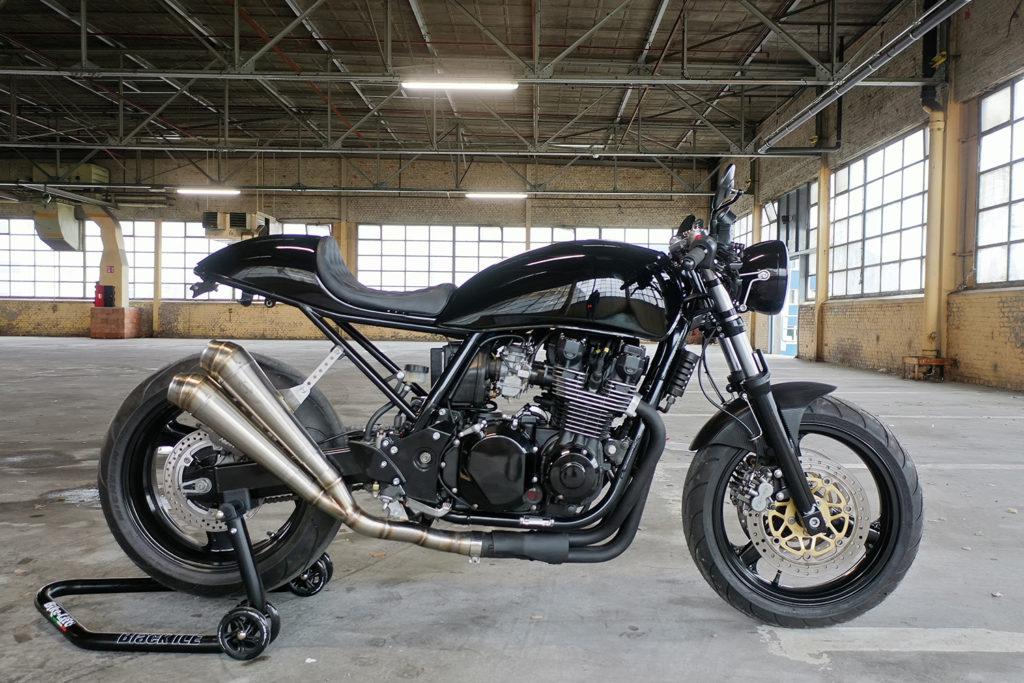 BACK IN BLACK: Kawasaki ZR7 by Barn Built Bikes.